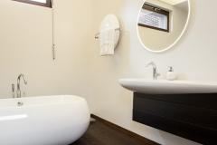 29 modernus namas vonia projektavo Alina Venskutė foto_Andrius_Stepankevičius